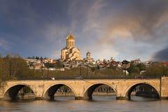 萨尔布吕肯桥梁和Sameba大教堂在第比利斯,乔治亚 库存图片