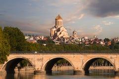 萨尔布吕肯桥梁和Sameba大教堂在第比利斯,乔治亚 免版税图库摄影