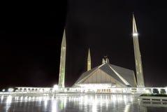 费萨尔清真寺在伊斯兰堡在晚上 免版税库存图片
