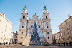 萨尔茨堡主教座堂,其中一城市的最著名和最美丽如画的视域 大厦的庄严门面 库存照片