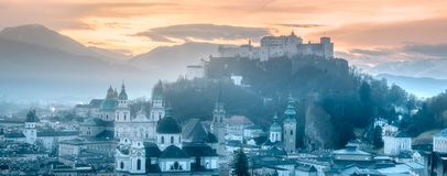 萨尔茨堡全景在冬天早晨 免版税库存照片