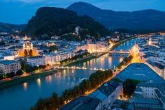 萨尔茨堡在晚上,河 库存图片