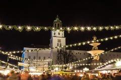 萨尔茨堡在Residenzplatz的圣诞节市场在晚上 免版税图库摄影