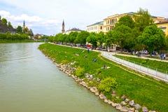萨尔茨堡地平线美丽的景色与Festung Hohensalzburg和萨尔察赫河河在夏天,萨尔茨堡,奥地利的 图库摄影