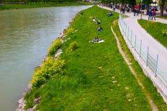 萨尔茨堡地平线美丽的景色与Festung Hohensalzburg和萨尔察赫河河在夏天,萨尔茨堡,奥地利的 免版税图库摄影