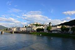 萨尔茨堡河全景 免版税库存照片