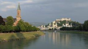 萨尔茨堡,奥地利城堡和河视图在傍晚 股票录像