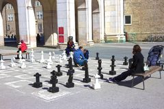 萨尔茨堡,奥地利- 2017年5月01日:在中心广场iin萨尔茨堡的传统街道棋是游人atraction 免版税库存图片
