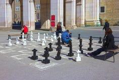 萨尔茨堡,奥地利- 2017年5月01日:在中心广场iin萨尔茨堡的传统街道棋是游人atraction 图库摄影