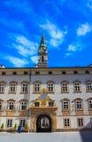 萨尔茨堡,奥地利- 2017年5月01日:在大厦墙壁上的日规在圣皮特圣徒・彼得正方形  图库摄影