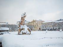 萨尔茨堡,奥地利- 2018年2月13日:在Mirabellplatz的罗马雕象冬天季节雪的 免版税库存图片