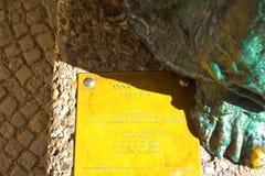萨尔茨堡,奥地利- 2017年5月01日:安娜Chromy ` s雕塑在萨尔茨堡大教堂前死圣母怜子图 免版税库存图片