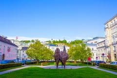 萨尔茨堡,奥地利- 2017年5月01日:雕象破火山口-在萨尔茨堡,奥地利正方形的现代雕塑  免版税库存照片