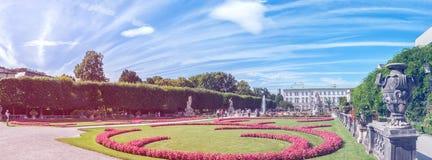 萨尔茨堡,奥地利08 2012年 Mirabell历史公园美丽的景色在一个晴朗的夏日 全景 免版税库存照片