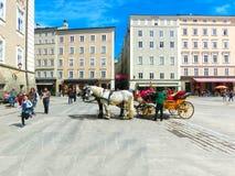 萨尔茨堡,奥地利- 2017年5月01日:中央地方在有支架和马的萨尔茨堡市 免版税库存照片