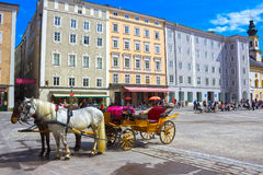 萨尔茨堡,奥地利- 2017年5月01日:中央地方在有支架和马的萨尔茨堡市 免版税图库摄影