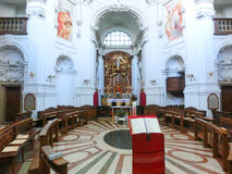 萨尔茨堡,奥地利- 2017年5月01日:在三位一体教会里面在萨尔茨堡,奥地利 教会在1694之间建造和 免版税库存照片