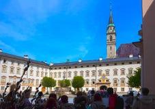 萨尔茨堡,奥地利- 2017年5月01日:在大厦墙壁上的日规在圣皮特圣徒・彼得正方形  库存照片