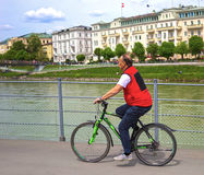 萨尔茨堡,奥地利- 2017年5月01日:堤防的骑自行车者在萨尔茨堡 库存照片