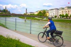 萨尔茨堡,奥地利- 2017年5月01日:堤防的骑自行车者在萨尔茨堡 免版税库存照片