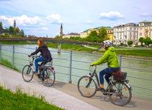 萨尔茨堡,奥地利- 2017年5月01日:堤防的骑自行车者在萨尔茨堡 免版税库存图片