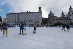 萨尔茨堡,奥地利- 2015年12月31日-滑冰在镇里的人们 免版税库存图片