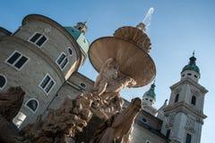 萨尔茨堡, Residenzbrunnen,一个老喷出的喷泉在城市,浪漫背后照明的心脏 免版税图库摄影