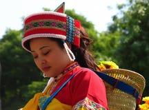 萨尼人的美丽的妇女五颜六色的传统服装的 图库摄影