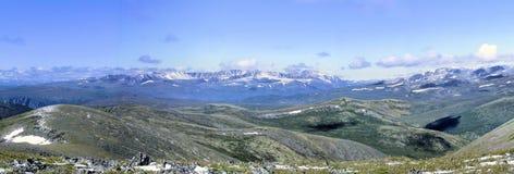 萨彦岭的全景。西伯利亚。哈卡斯共和国。 库存照片