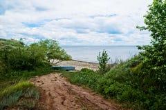 萨拉托夫地区的美好的夏天春天本质 在伏尔加河的多云天,俄罗斯 小船chania希腊老岸 免版税图库摄影
