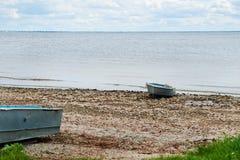 萨拉托夫地区的美好的夏天春天本质 在伏尔加河的多云天,俄罗斯 小船chania希腊老岸 免版税库存图片