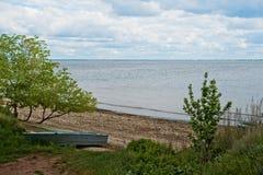 萨拉托夫地区的美好的夏天春天本质 在伏尔加河的多云天,俄罗斯 小船chania希腊老岸 库存图片