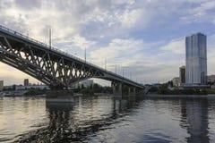 萨拉托夫桥梁横渡伏尔加河并且连接萨拉托夫,并且恩格斯,俄罗斯长度是2,803 7米 免版税库存图片