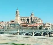 萨拉曼卡,西班牙大教堂的看法从汽车的 免版税图库摄影