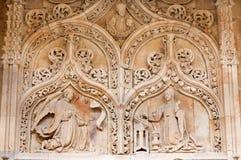 萨拉曼卡,西班牙, 2016年4月- 17日:通告作为从罗马式教会Iglesia de圣贝尼托哥特式门户的细节  免版税库存图片