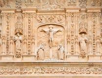 萨拉曼卡,西班牙, 2016年:在十字架上钉死作为从Convento de圣埃斯特万门户的细节胡安Ribero de Rada 库存照片