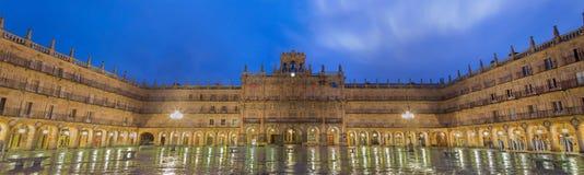 萨拉曼卡,西班牙, 2016年:方形的广场市长全景黄昏的 免版税库存照片