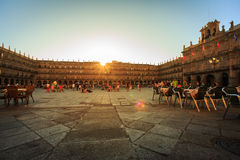萨拉曼卡,西班牙- 7月24 :观点的萨拉曼卡的广场市长日落的,与酒吧的大阳台的人在7月24日 库存照片