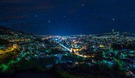 萨拉热窝全景wiev在晚上 免版税库存照片
