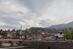萨拉热窝左岸的全景,城市的老部分的,在春天期间的一个多云和多雨下午 免版税库存照片
