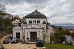 萨拉热窝犹太公墓的教堂  达成协议波斯尼亚夹子色的greyed黑塞哥维那包括专业的区区映射路径替补被遮蔽的状态周围的领土对都市植被 图库摄影
