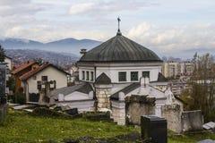 萨拉热窝犹太公墓的教堂  达成协议波斯尼亚夹子色的greyed黑塞哥维那包括专业的区区映射路径替补被遮蔽的状态周围的领土对都市植被 库存照片