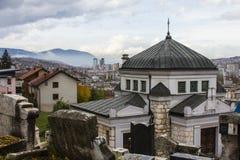 萨拉热窝犹太公墓的教堂  达成协议波斯尼亚夹子色的greyed黑塞哥维那包括专业的区区映射路径替补被遮蔽的状态周围的领土对都市植被 库存图片