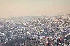 萨拉热窝,在一个冷的冬天下午期间的波黑的郊区的小山的鸟瞰图 库存图片