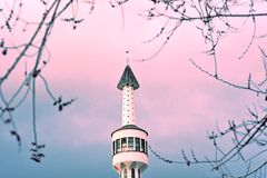 萨拉热窝,欧洲09 02 2018年,白色清真寺尖塔的图象反对日落天空的 库存照片