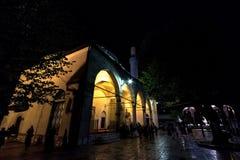 萨拉热窝,波黑- 2017年4月15日:祈祷在Gazi Husrev Begova清真寺前面的人们在萨拉热窝 免版税图库摄影