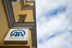 萨拉热窝,波黑- 2017年4月17日:阿纳多卢机构商标在他们波斯尼亚的大会办公处的在萨拉热窝 免版税库存照片