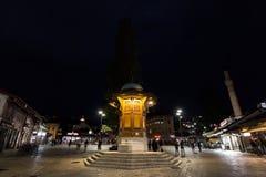 萨拉热窝,波黑- 2017年4月16日:Sebilj喷泉,在Bacarsija区,在晚上 库存图片