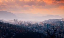 萨拉热窝 达成协议波斯尼亚夹子色的greyed黑塞哥维那包括专业的区区映射路径替补被遮蔽的状态周围的领土对都市植被 中欧 巴尔干 库存图片