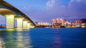 萨拉索塔、佛罗里达地平线和桥梁横跨海湾在晚上 免版税库存图片